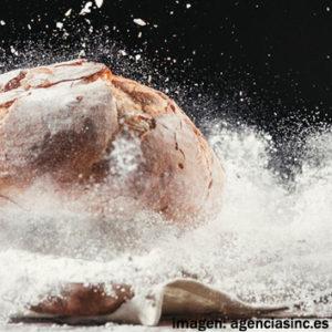 Pan cayendo sobre harina