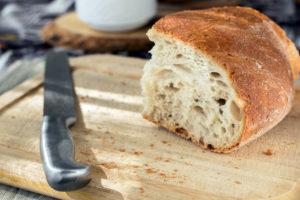 Pan y cuchillo sobre tabla de cortar